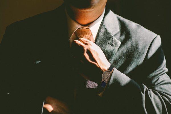 montre pour homme à porter avec un costume