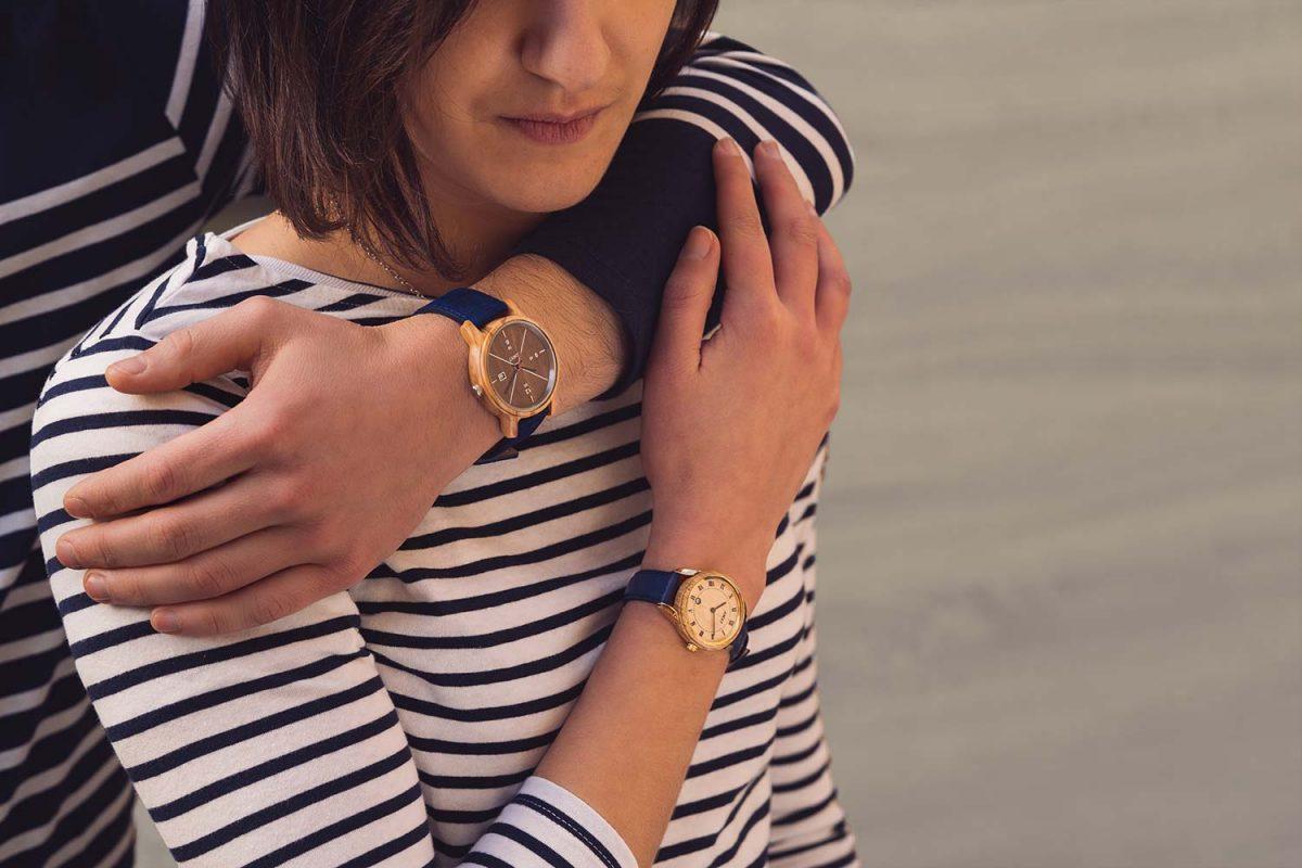 couple qui s'enlace avec des montres au poignet