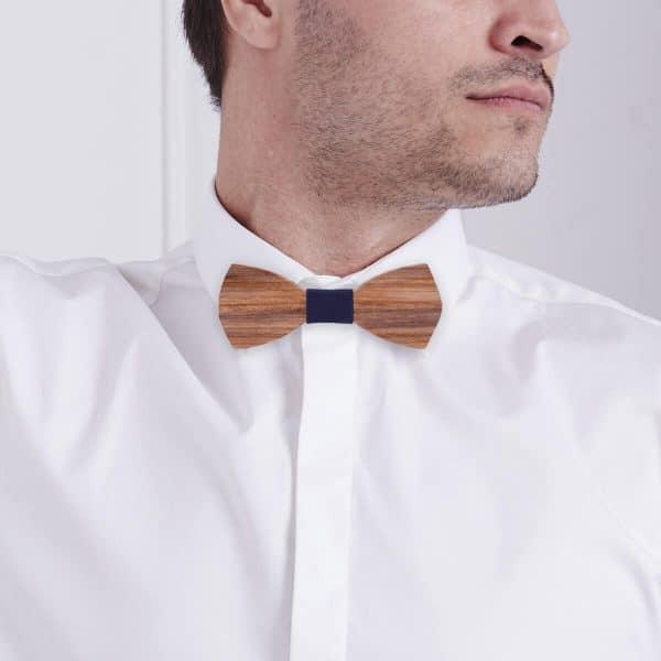 homme qui porte un noeud en bois zebrawood