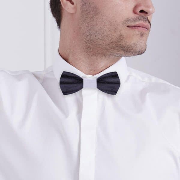 homme portant noeud papillon noir avec détail blanc