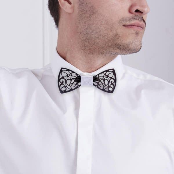 homme avec une chemise et un noeud papillon noir homme