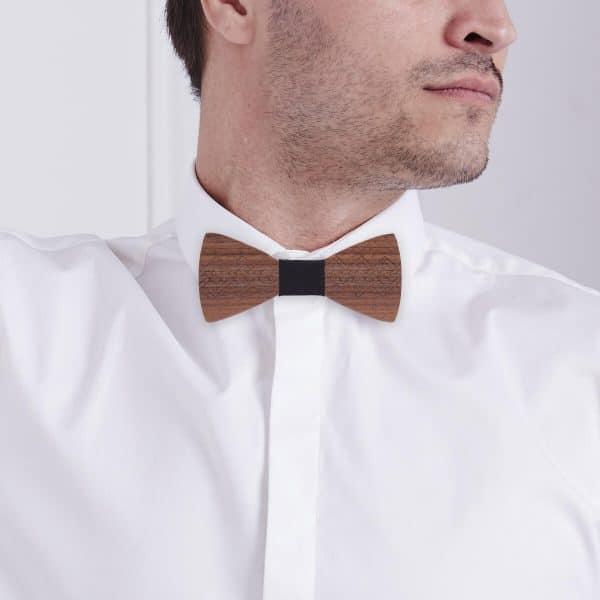homme qui porte un noeud pape en bois