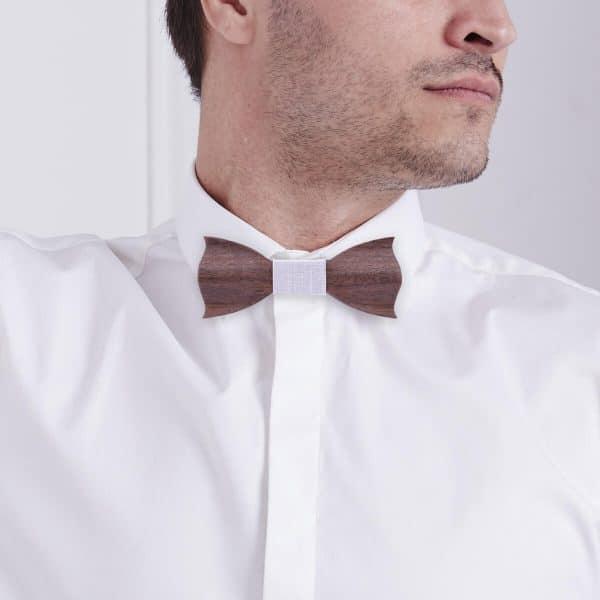 homme qui porte un noeud pap en bois tendance