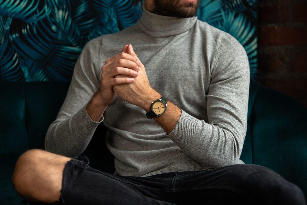 Homme portant une tenue décontractée et une montre homme carrée