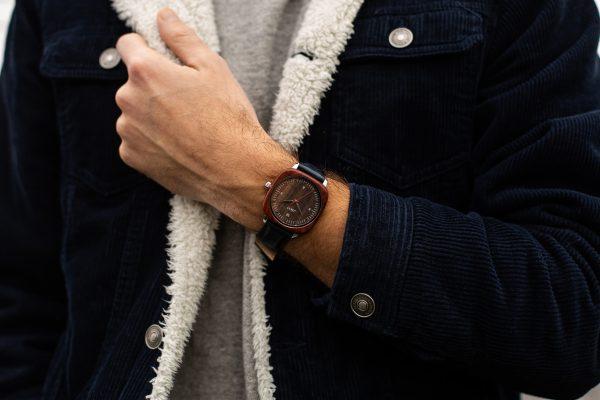 Homme portant une montre homme carrée Square
