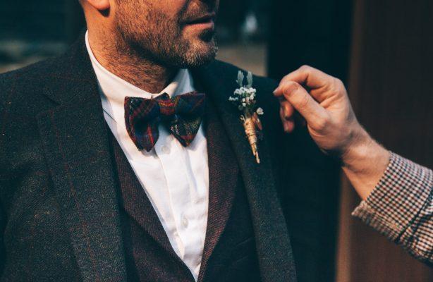 homme portant un noeud papillon et un costume à l'occasion d'un événement