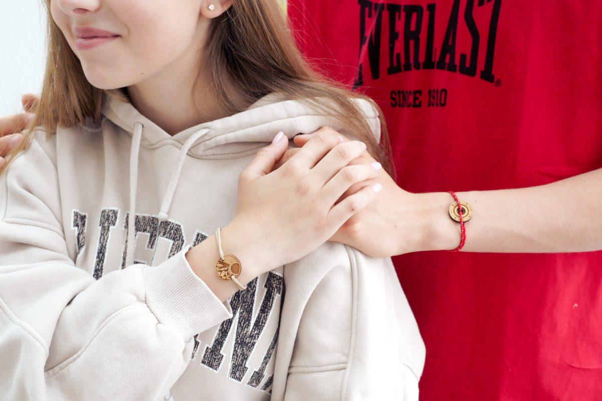 Amis portant un bracelet d'amitié
