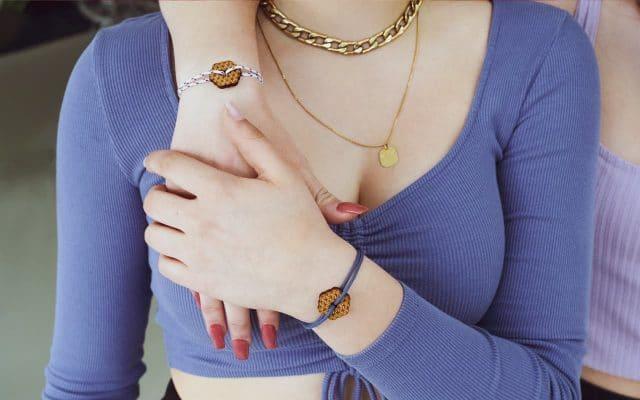 Deux amies portant un bracelet d'amitié