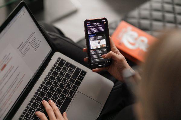Détox digitale pour personne addicte aux écrans utilisant ordinateur et téléphone