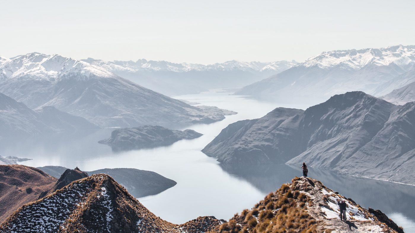Photo inspirante d'un homme au sommet d'une montagne
