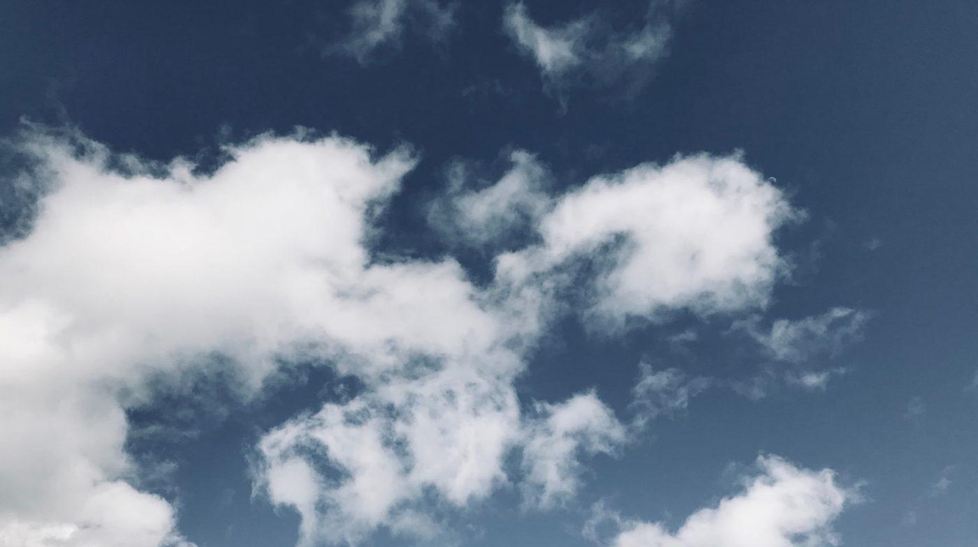 Ciel bleu inspirant parsemé de nuages blancs