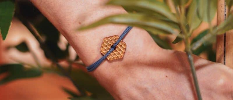 Bracelet médaillon Le yogi avec fleur de vie gravée