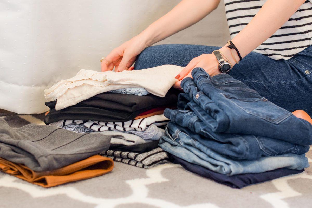 Femme qui fait le tri pour recycler ses vêtements