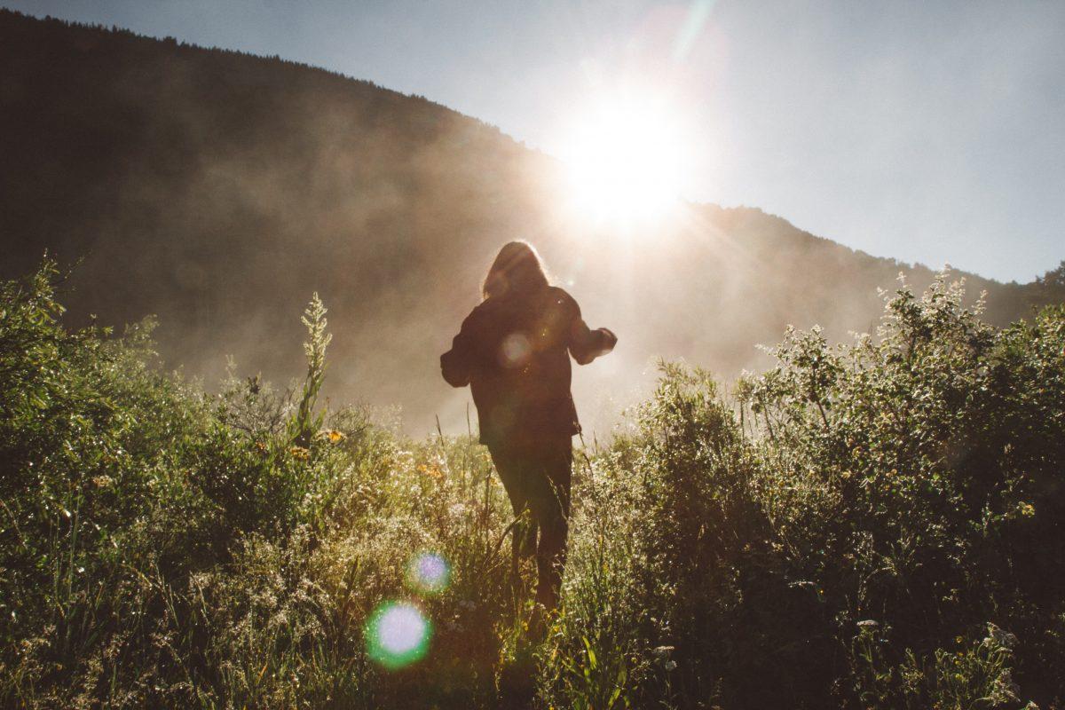 Femme adepte du slow travel dans la nature