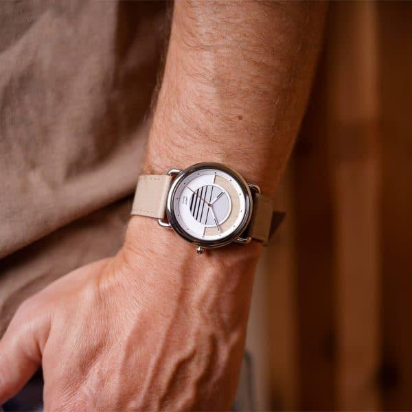 Montre solaire Sunrise vegan avec bracelet en cuir de pomme amande portée