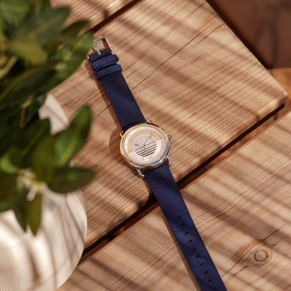 Montre solaire Sunrise avec bracelet en cuir vintage bleu saphir lifestyle