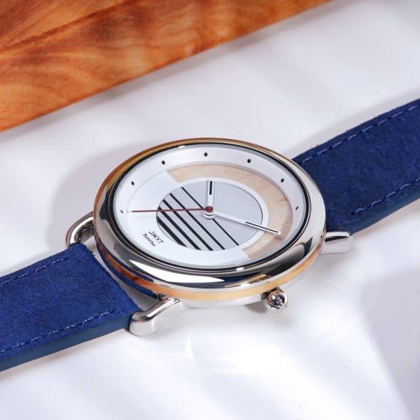 Montre solaire Sunrise avec bracelet en cuir vintage bleu saphir macro
