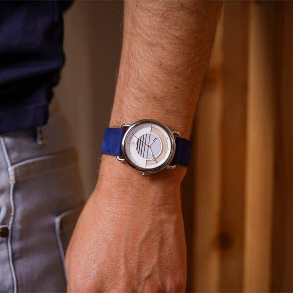 Montre solaire Sunrise avec bracelet en cuir vintage bleu saphir portée