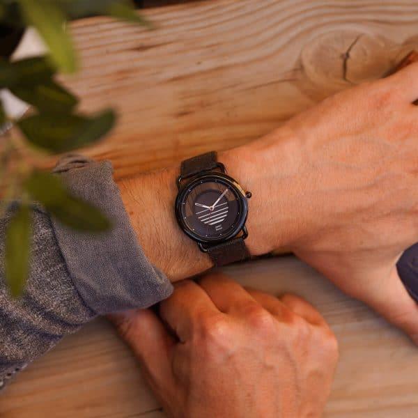 Montre solaire Sunset vegan avec bracelet en fibre d'ananas portée