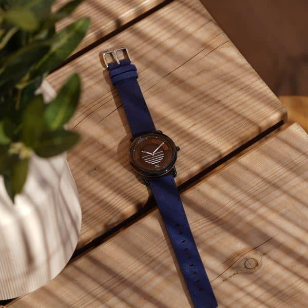 Montre solaire Sunset avec bracelet en cuir vintage bleu saphir lifestyle