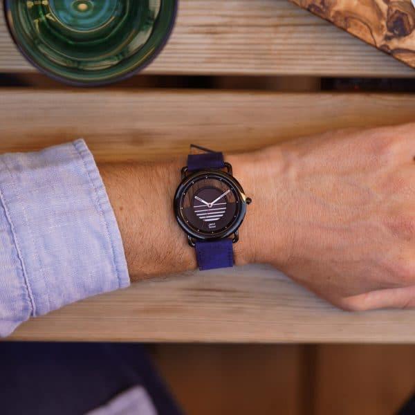 Montre solaire Sunset avec bracelet cuir vintage bleu saphir portée