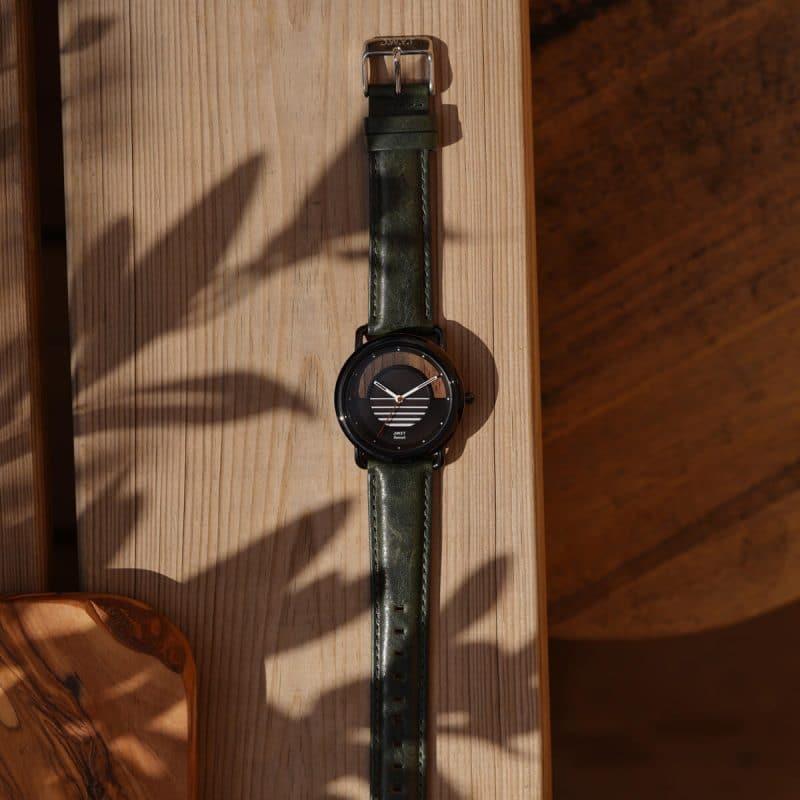 Montre solaire Sunset avec bracelet cuir lisse vert forêt lifestyle